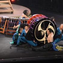 迫力のドラムパフォーマンスを見せた「DRUM TAO」の奄美公演=17日、奄美市名瀬