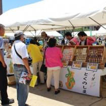 夏空が広がる中、大勢の買い物客らでにぎわった奄美群島特産品展示即売会&芸能大会in神戸=7月26日、神戸市