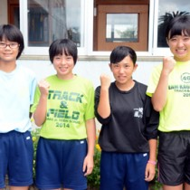朝日中4×100㍍リレーメンバー(左から)幾、越間、二ツ森、武田=30日、朝日中学校