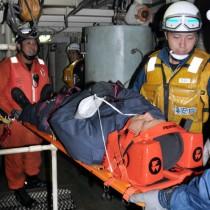 機関室内で負傷者を搬送する海保・消防の職員=19日、フェリーとしま