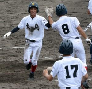 【大島―川辺】4回裏、待望の先制点。本塁に帰還し喜ぶ白井=12日、鴨池市民球場