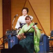 関西民謡大会ジュニアの部で最優秀賞を受賞した岡さん(手前)と上原さん=大阪市
