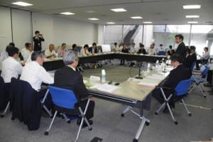 諸分野にわたり、活発な意見が交わされた奄振審議会=10日、国交省会議室