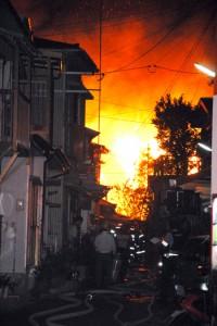 木造家屋など19棟を焼き、14世帯27人が被災した火災現場=23日午前3時半ごろ、奄美市名瀬柳町
