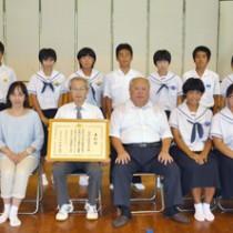 文部科学大臣表彰を受けた和泊中学校の生徒、職員ら=17日、和泊中学校体育館