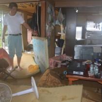 床上浸水して家具などが散乱した住家=26日午前8時半ごろ、伊仙町面縄