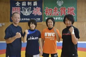 樟南女子レスリング部の(左から)野村コーチ、川畑、中井、石川=26日、樟南高校