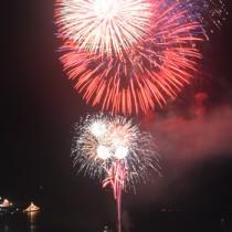 夜空を彩る大輪の華=7月31日、名瀬商港区