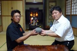 ★カムィヤキ寄贈者の吉村裕一さんと住用地域教育課長