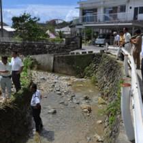 浸水被害の現場を確認する住民と町職員ら=27日、徳之島町亀津
