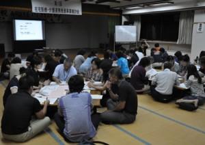 医療、福祉関係者ら50人が参加した在宅医療介護連携推進事業検討会=22日、徳之島町