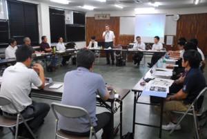 事例発表も交え、共生・協働の地域社会づくりへの取り組みを確認した共生・協働推進協議会総会=23日、奄美市名瀬