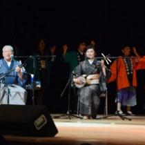 ひぎゃ節を中心に3時間のステージを披露した「武下和平ひぎゃ節フェスティバル」=26日、奄美市名瀬