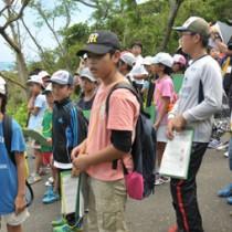 ケンムンがすむとされる場所などを小学生48人が見学した講座=29日、龍郷町赤尾木集落