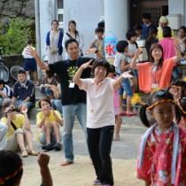 地域の夏祭りでは移住体験ツアー参加者も六調を踊った=12日、宇検村阿室