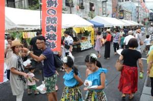 歩行者天国となった一帯に多くの人が訪れた「さたぜぇないとふぇすてぃバル」=19日、奄美市