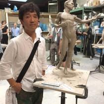 アメリカであった具象彫塑のコンペティションで3位に入賞した川畑さんと競技で制作した作品=6月11日、アメリカ・ニューヨーク州