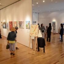 奄美に影響を受けた日米の学生らの作品が並ぶ展覧会=4日、奄美市笠利町