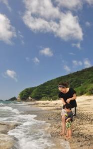 梅雨が明け、夏の青空が広がった奄美地方=15日、奄美市名瀬の大浜海浜公園