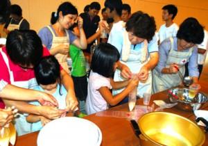 非常食作りに挑戦する参加者ら=11日、大和村