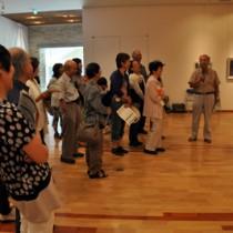 作家がそれぞれの作品の解説や思いを語った初日のフロアトーク=8日、田中一村記念美術館