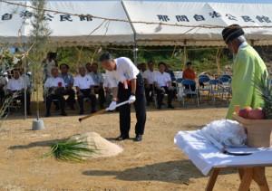 安全祈願祭でのくわ入れの儀=27日、与論町立長の建設現場