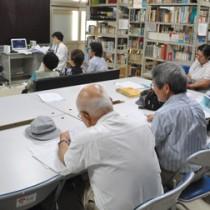 講師の酒井正子さんが徳之島芸能の魅力を紹介した文化講座=1日、伊仙町