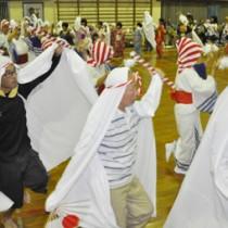 五穀豊穣を祈って老若男女が踊りの輪を広げた「ムチタボリ」=16日、徳之島町手々