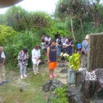 供養塔を訪れ、戦没者の冥福と平和を祈るツアー参加者=15日、喜界町中里(提供写真)