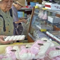 和菓子店では仏前に供える型菓子販売のピークを迎えた=25日、奄美市名瀬