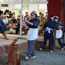 稲作生活を表現した婦人会による稲すり踊りも披露された=15日、宇検村芦検