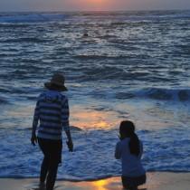 高気圧に覆われて今年の最高気温を更新した奄美市名瀬の海辺
