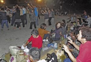 昔ながらの浜下りを再現して踊りの輪を広げた「唄あしび・郷土芸能の夕べ」=27日、徳之島町