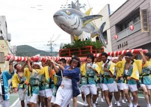 威勢のいい掛け声とともに神輿を担ぐ漁師ら=15日、瀬戸内町古仁屋