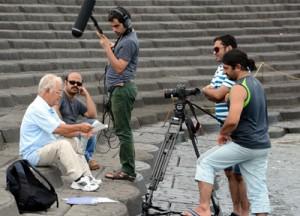 住民インタビューを撮影するクルー=23日、喜界町小野津