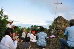 ターヤパンタで祈りをささげる一族=8月30日、与論町