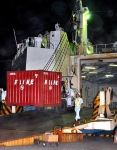 3日ぶりに鹿児島からのフェリーが入港。荷役作業に追われる港湾関係者=26日午後8時ごろ、名瀬港