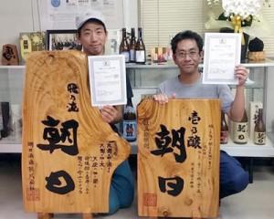 有機JAS認定を取得した喜界島有機サトウキビ・白ゴマ研究会の杉俣さん(左)と朝日酒造の喜禎社長(提供写真)
