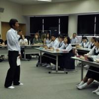 海外の学生や在校生の前で英語でプレゼンテーションをした大島高校の生徒=2日、奄美市名瀬の大島高