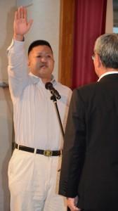 力強く宣誓する相撲の弓削選手=21日、奄美市名瀬