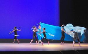 奄美の神話や黒潮をイメージした幻想的なダンスを披露した大島高校新体操部=29日、奄美文化センター