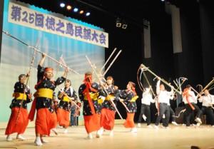 島唄や地域に伝わる伝統芸能が披露された徳之島民謡大会=29日、徳之島町