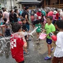 住民らが豪快に水を掛け合った「ネィンケ」=16日、徳之島町亀徳