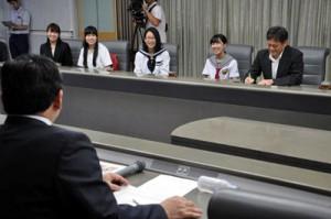 伊藤祐一郎知事に帰国報告した「薩摩スチューデント」の派遣団員ら。右から2人目が森悠里さん=7日、県庁