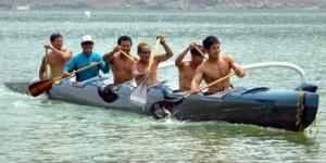 6人乗りカヌーをこぐアマニコカヌークラブのメンバーら=2日、奄美市名瀬の朝仁海岸
