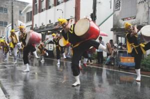 雨の中、パレードを盛り上げたエイサー=15日、与論町茶花