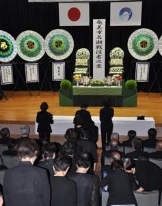 奄美市の戦没者追悼式。恒久平和への願いを込めて焼香する参列者ら=8月15日、奄美市の名瀬公民館