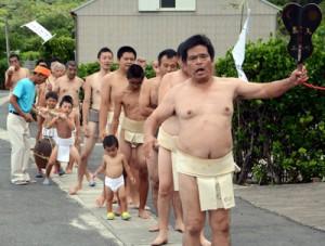 子どもから大人までまわし姿の男衆による振り出しで始まった屋鈍集落の豊年祭=8日、宇検村