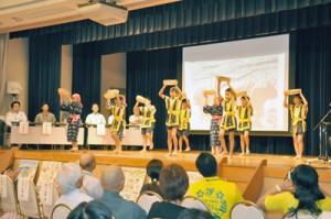 島に伝わる唄や踊りの紹介もあった沖永良部シンポジウム初日=29日、知名町フローラル館