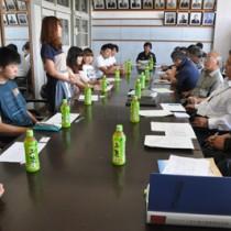 「島キャン」で来島した大学生と地元関係者らが意見交換した語る会=12日、伊仙町